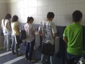 http://choky.blog.binusian.org/files/2009/05/kencing-bareng-300x225.jpg